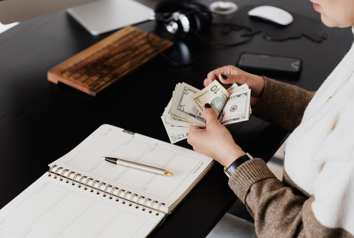 how crowdfunding platforms make money
